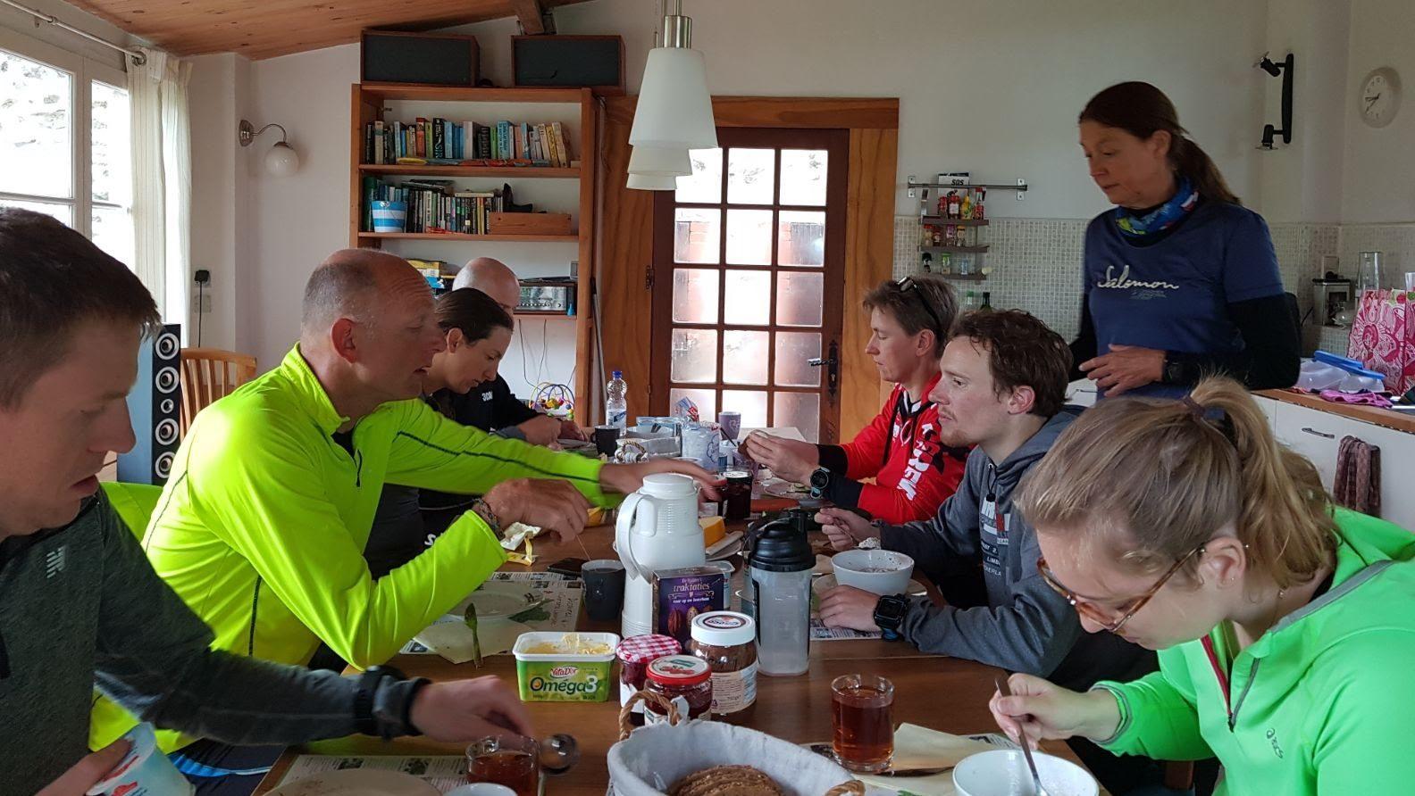 Samen Eten In Het Gezellige Tuinhuis
