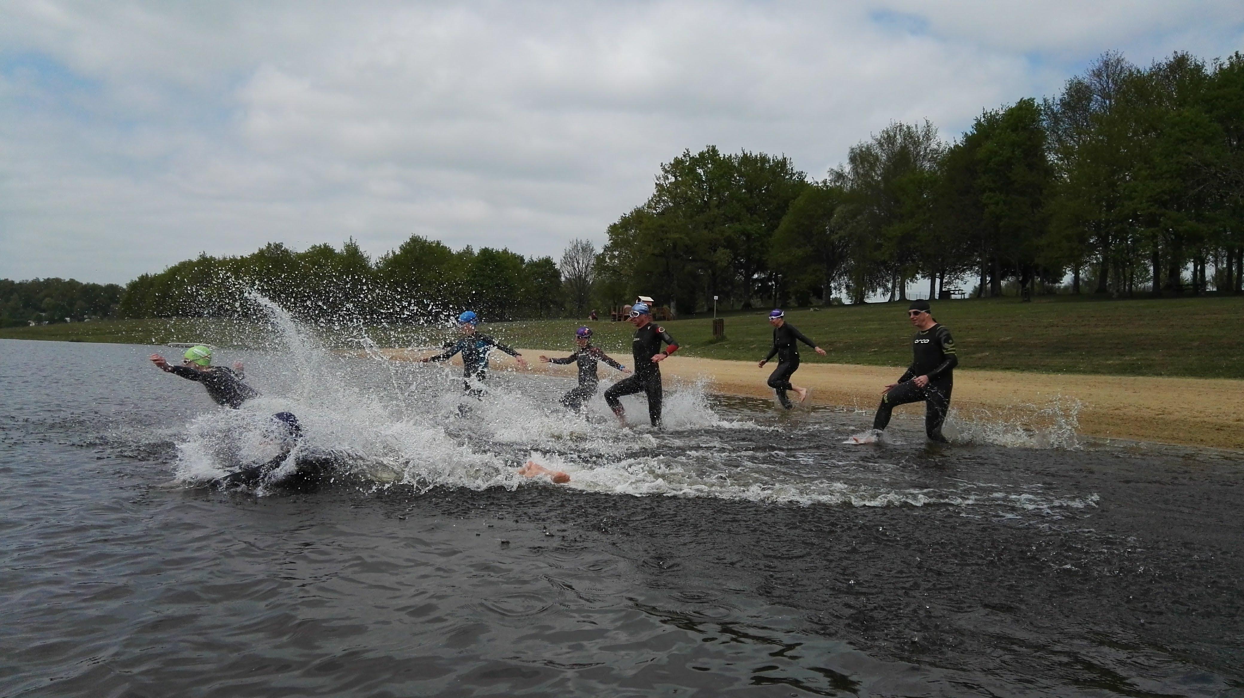 De start oefenen tijdens een trainingsweek bij een fraai meer