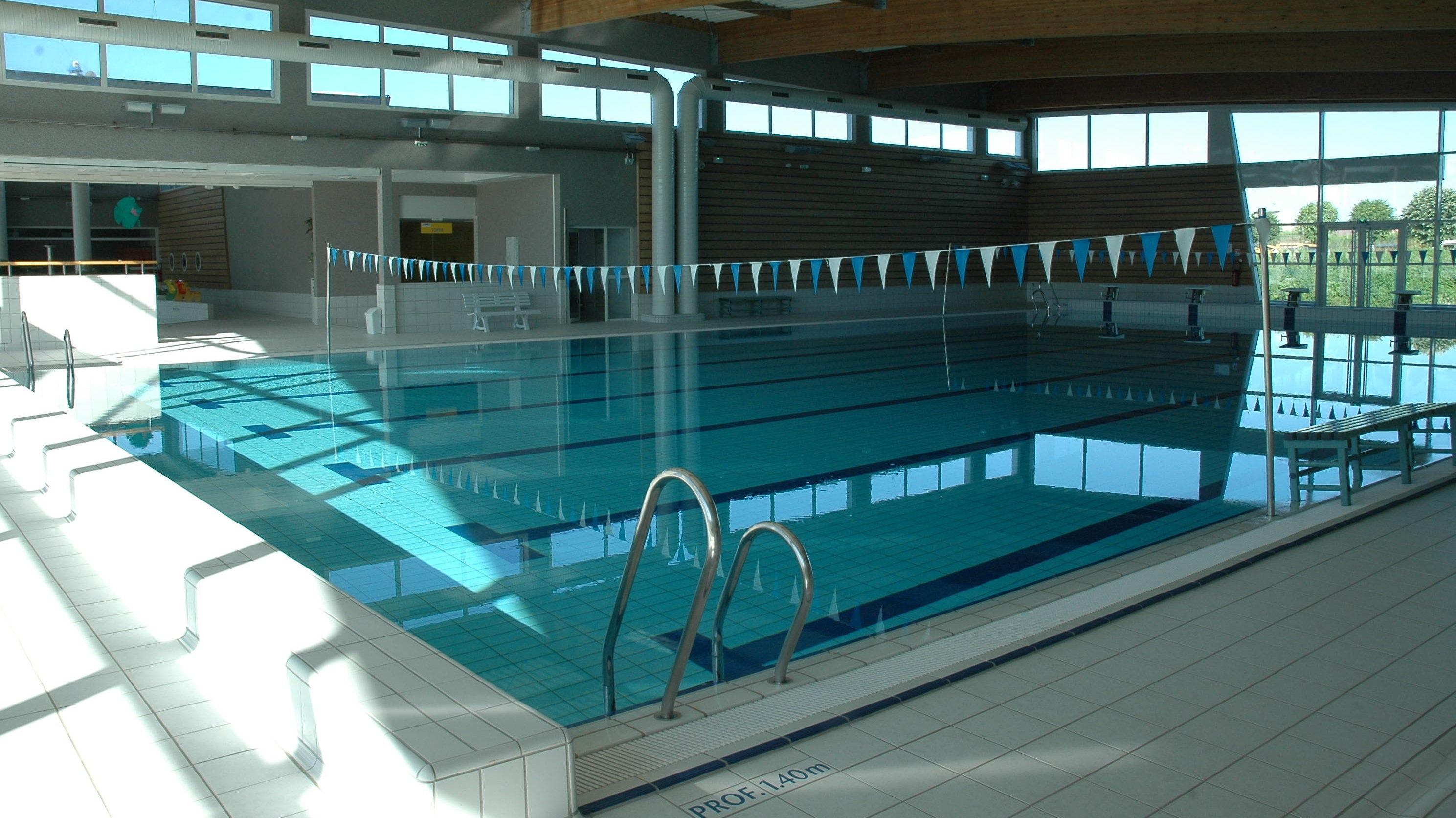 Het mooie 25 meter zwembad in St Junien